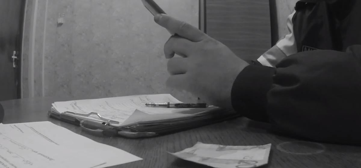 Вынесли приговор пьяному водителю, который пытался дать взятку 20 рублей инспектору ГАИ в Гомельской области. Видеофакт