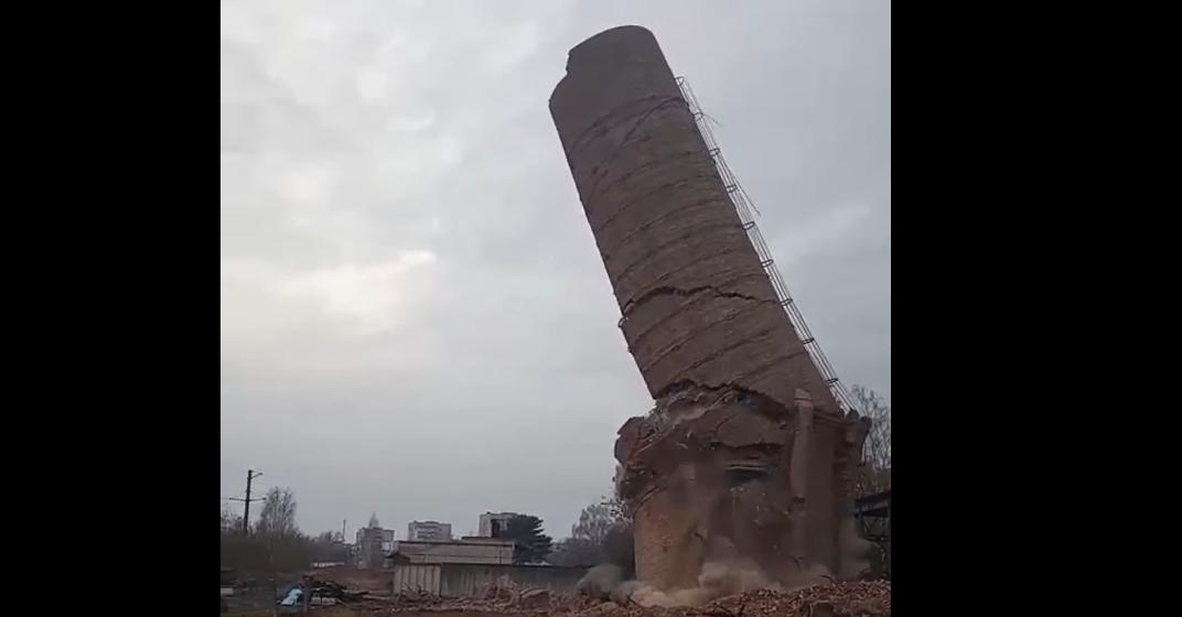 Как в Барановичах обрушили 80-метровую дымовую трубу. Видеофакт
