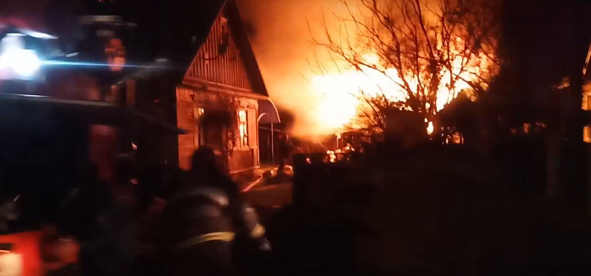 В Барановичах горела хозпостройка. Видеофакт