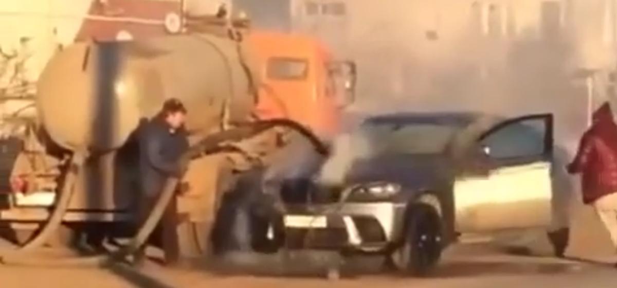 В России ассенизатор потушил загоревшийся BMW X6 канализационными стоками. Видеофакт