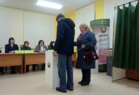 Прием в пионеры, шоколадки детям и сувениры впервые голосующим. Как проходит голосование на избирательных участках в Барановичах. Фоторепортаж