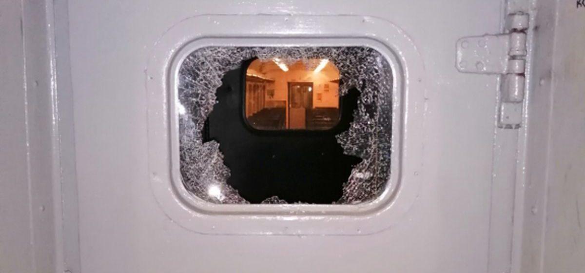 Пассажир разбил стекло в поезде «Гродно-Барановичи» – его нашли благодаря видеокамерам. Парень рассказал милиции почему так поступил