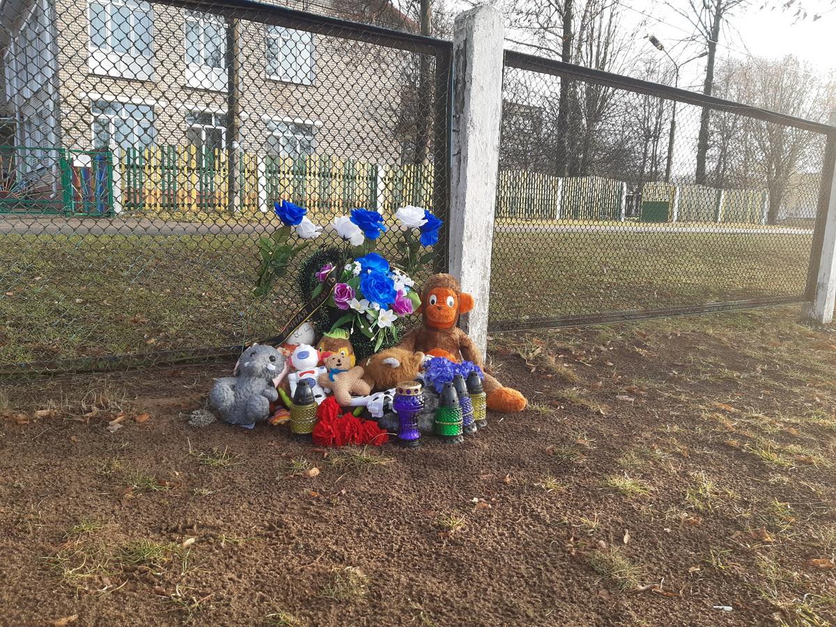 На  школьном  стадионе  агрогородка Русино  погиб  11-летний  мальчик.  На него  упали  футбольные  ворота. Фото: Елена ЗЕЛЕНКО