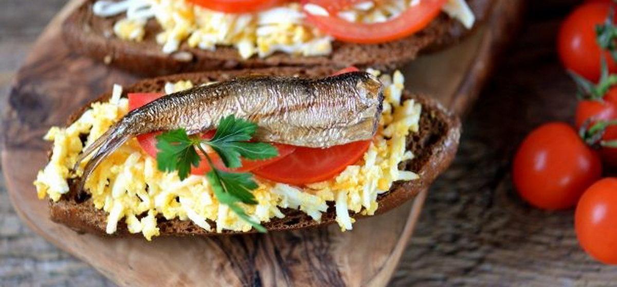Вкусно и просто. Бутерброды со шпротами, яйцом и помидором