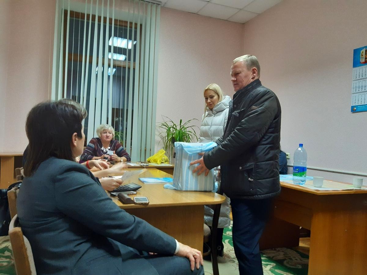 Члены участковых комиссий приносят бюллетени в окружную комиссию по Барановичскому-Западному округу №5. Фото: Елена ЗЕЛЕНКО