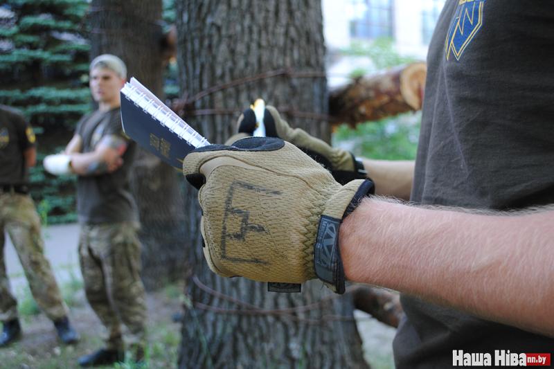 В Украине белорусскому бойцу «Азова» на мине оторвало часть ноги