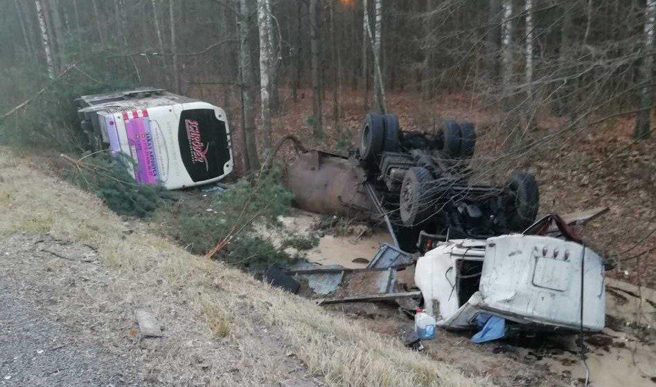 Страшная авария под Речицей: грузовик и автобус после столкновения вылетели в кювет и перевернулись