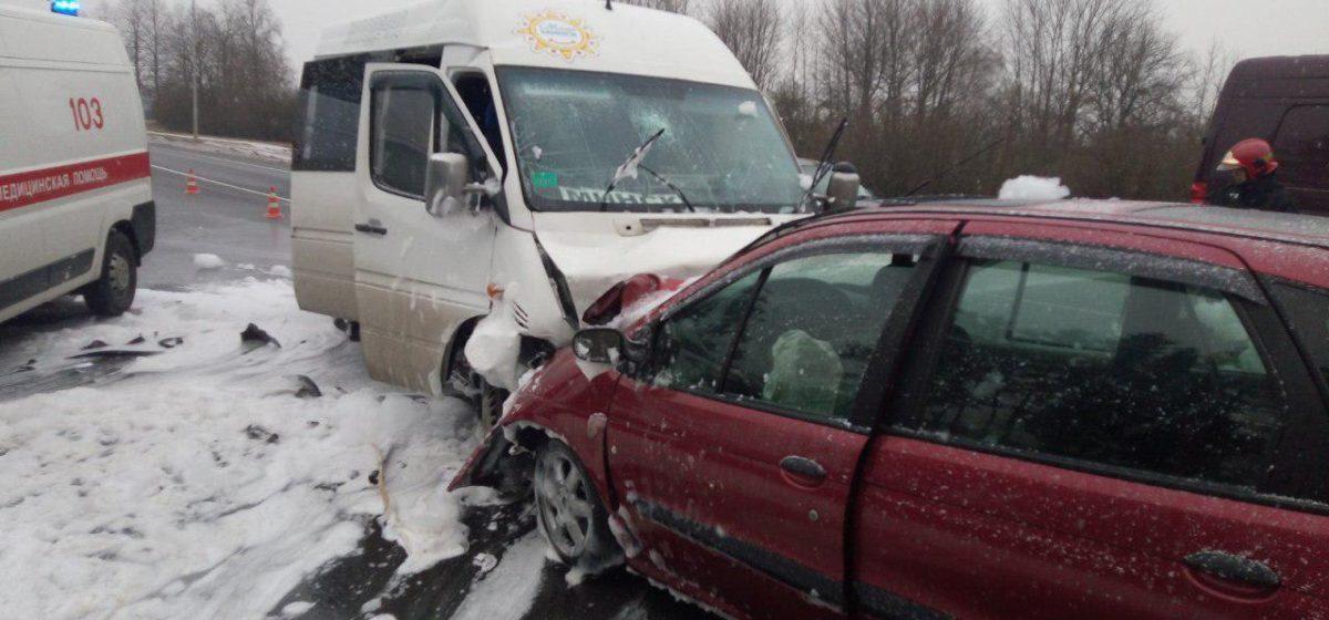 Маршрутка и Renault столкнулись лоб в лоб под Молодечно, есть пострадавшие