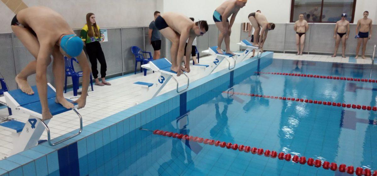Какое предприятие выиграло соревнования по плаванию в Барановичах?