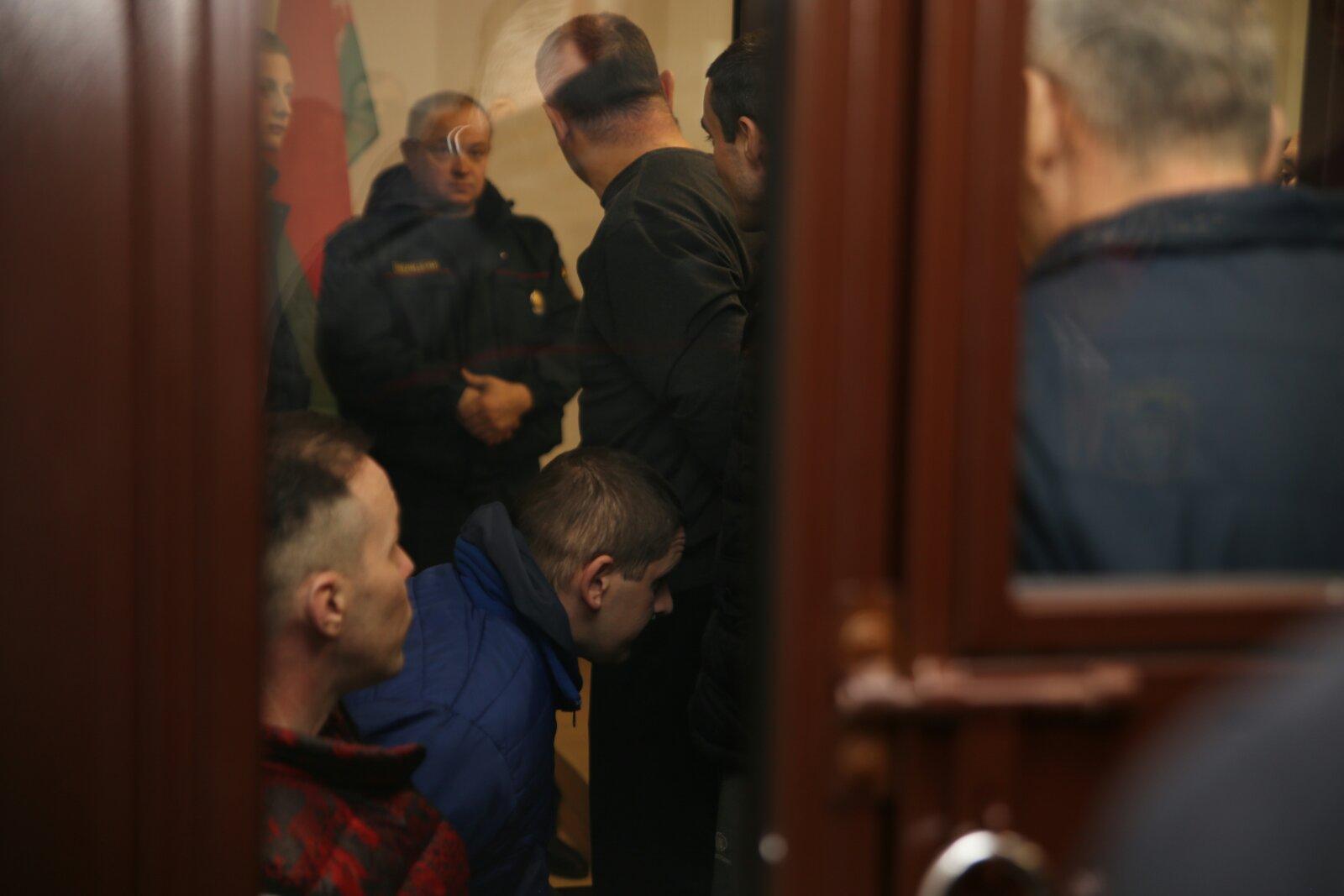 Подсудимые перед началом суда по факту кражи оружия из барановичского гарнизона, 25 ноября. Фото: Александр ЧЕРНЫЙ, Intex-press