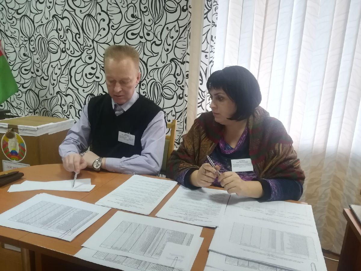 Члены избирательной комиссии - Елена Анохина и Владимир Лобейко. Фото: Ирина ПЛЮТО