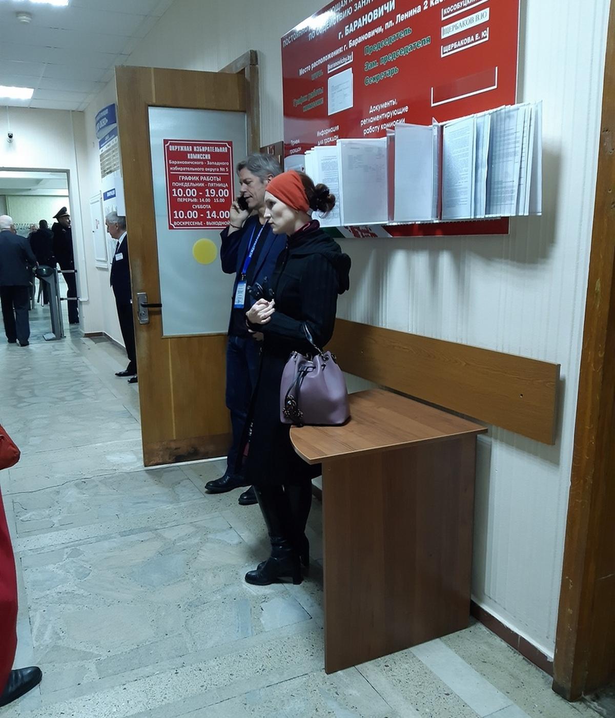 Иностранные наблюдатели перед заседаниями окружных избирательных комиссий. Фото: Елена ЗЕЛЕНКО