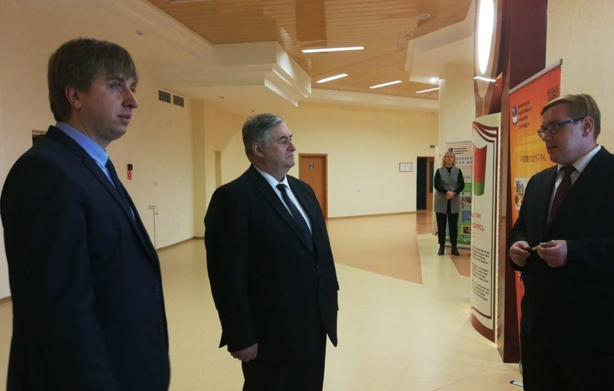 Александр Карлюкевич, министр информации Беларуси (в центре). Фото: 100fm.by