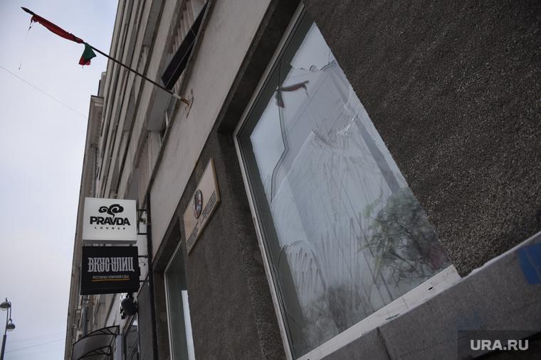 В Екатеринбурге неизвестные напали на отделение посольства Беларуси: разбили окна и сожгли флаг