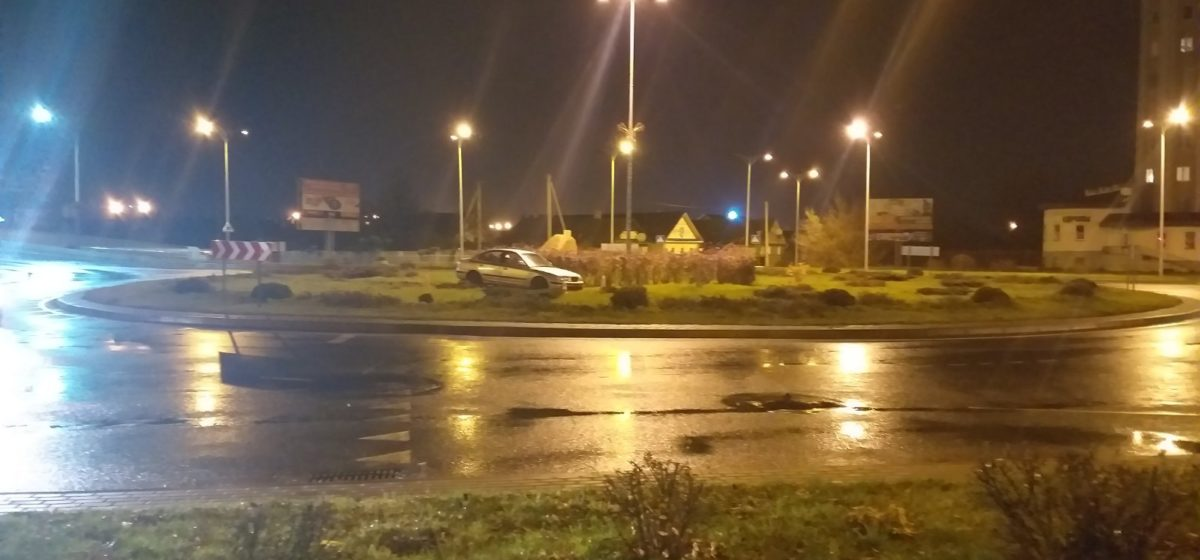 Машина вылетела на середину кольца в Барановичах. Фотофакт
