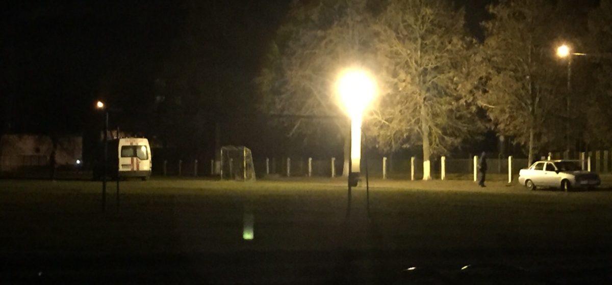На школьном стадионе в Русино, где погиб мальчик, выставили прожекторы, работают следователи