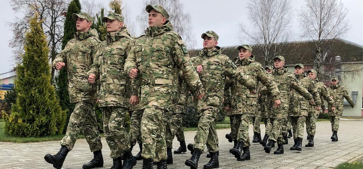Военнослужащие учебного сбора  в/ч 7404, которые этой осенью начали контрактную службу вместо срочной.  Фото: Ирина ПЛЮТО