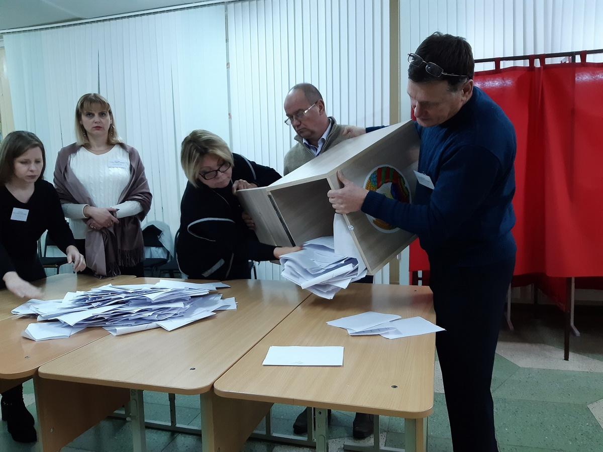 Члены участковой комиссии №21 по Барановичскому-Восточному округу №6 в гимназии №4 перед подсчетом голосов. Фото: Елена ЗЕЛЕНКО