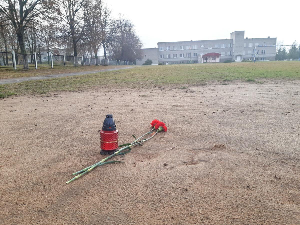 Место, где стояли футбольные ворота в Русино. Их убрали после  случившейся трагедии. Фото: Елена ЗЕЛЕНКО