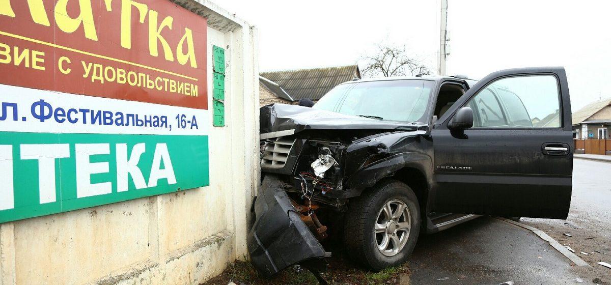 В Барановичах столкнулись «Кадиллак» и «Рено», есть пострадавшие. Фотофакт