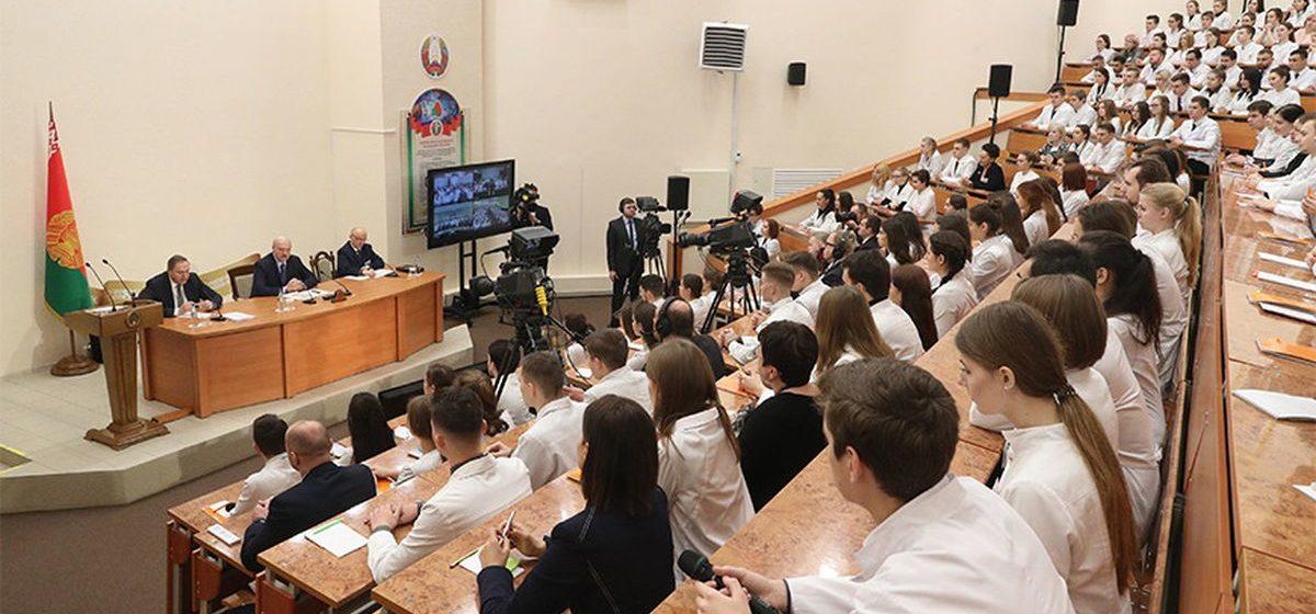 Лукашенко будущим медикам: оппозиционные СМИ будоражат наше общество, чтобы подтолкнуть вас к выезду