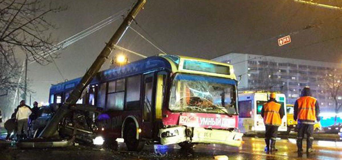 На троллейбус в центре Гомеле упала опора ЛЭП