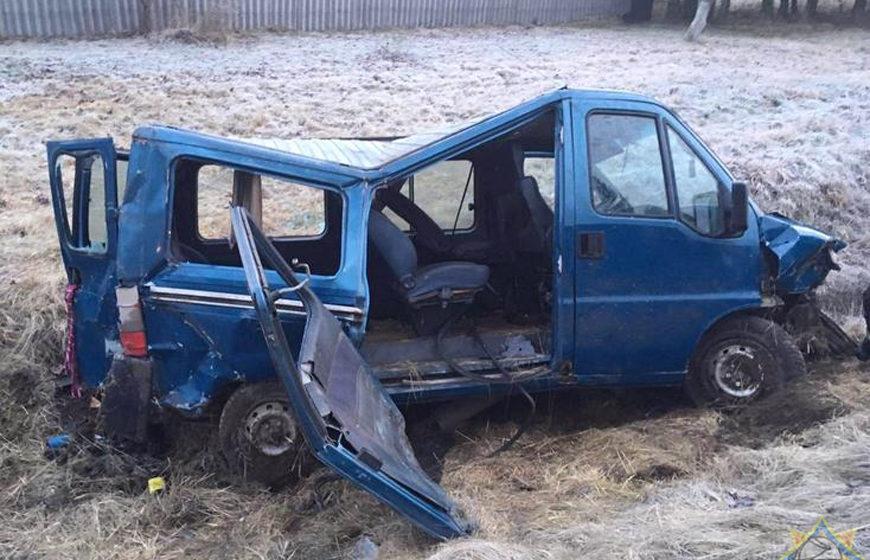 Микроавтобус вылетел в кювет и перевернулся в Верхнедвинском районе – водителя зажало в салоне