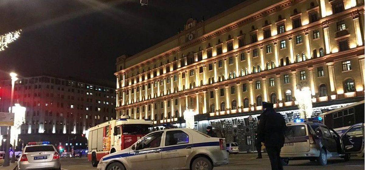 Неизвестный открыл стрельбу возле здания ФСБ в Москве — погиб сотрудник ФСБ, пять человек ранены (видео 18+)
