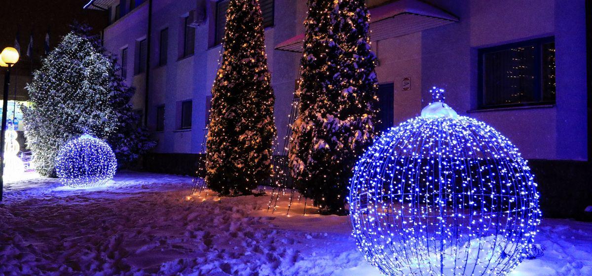 Снеговик для обнимашек и светодиодная бахрома. Как украсят Барановичи к Новому году