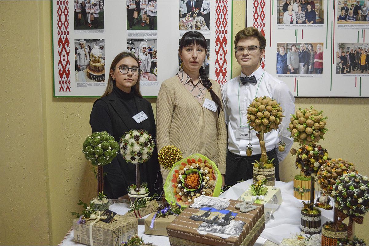 Кристина Адерихо, Даниил Лабор с преподавателем Светланой Мороз представляют экостенд по оформлению букетов и подарков. Фото: Елена ЕВСЕВИЦКАЯ