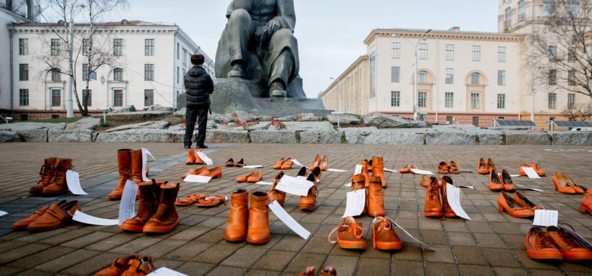 У Менску зьявіліся дзясяткі аранжавых туфляў. Што гэта значыць? ФОТА