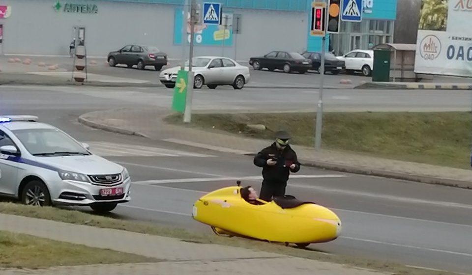 Инспектор ГАИ остановил в Дрогичине немецкого путешественника на веломобиле