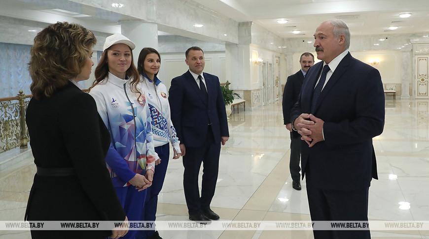 Лукашенко показали форму для белорусских спортсменов на предстоящей Олимпиаде. Фото
