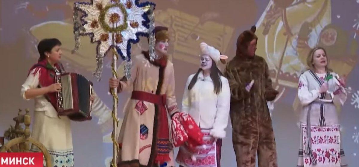 Николай Лукашенко с другими колядовщиками привез подарки в интернат. Фотофакт