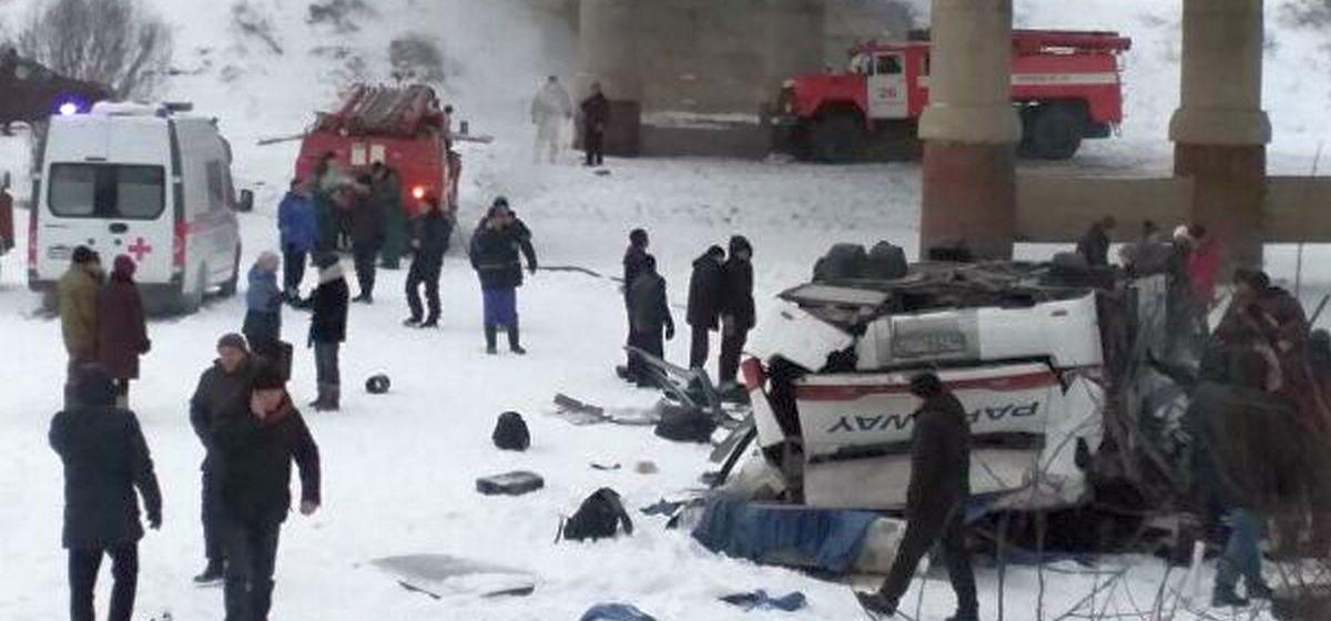 В России у автобуса лопнуло колесо и он упал в реку. Погибли 19 человек