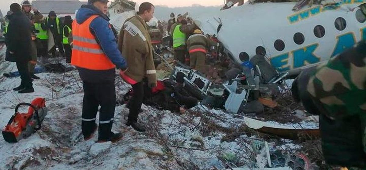 В Казахстане пассажирский самолет после взлета врезался в здание — погибли более 10 человек. Видеофакт