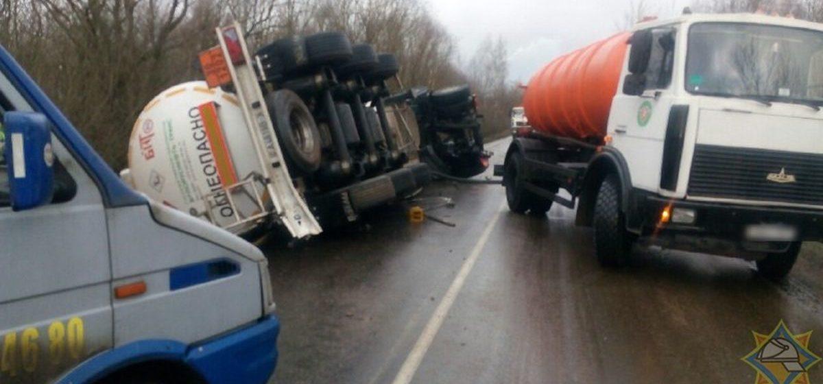 Бензовоз с прицепом-цистерной перевернулся в Дзержинском районе