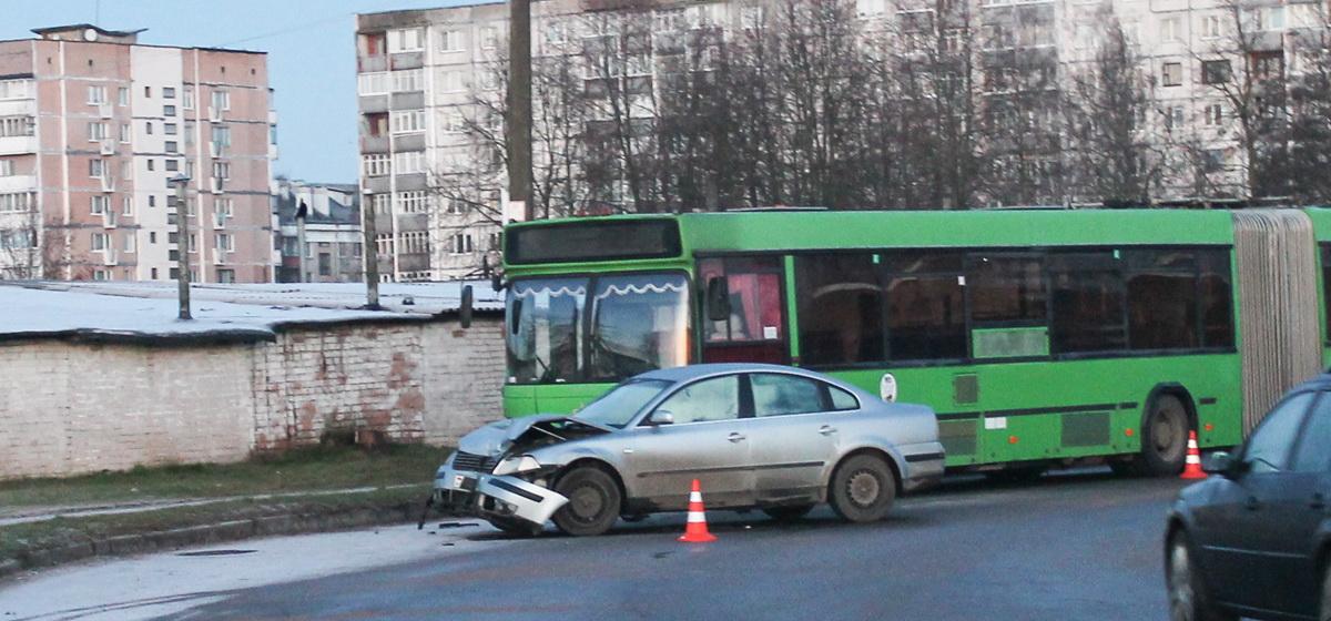 В Барановичах «Фольксваген» занесло на повороте и он въехал в автобус. Фотофакт