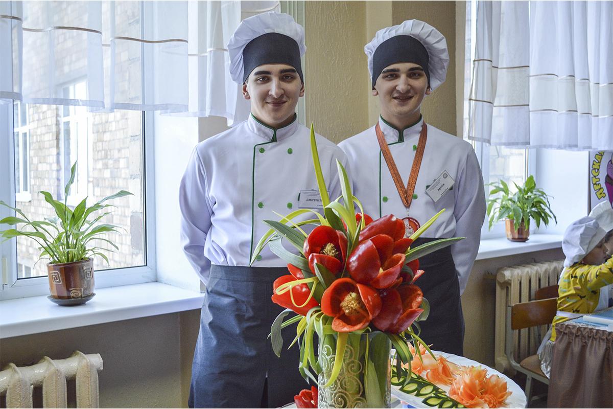 Дмитрий и Артем Лекун представляют свои композиции по карвингу. Фото: Елена ЕВСЕВИЦКАЯ
