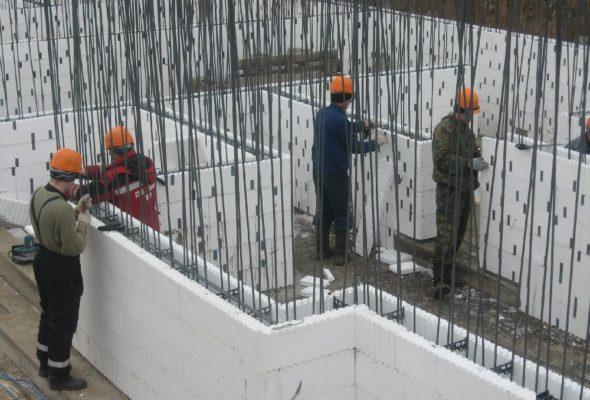 Применение опалубки для строительства стен здания