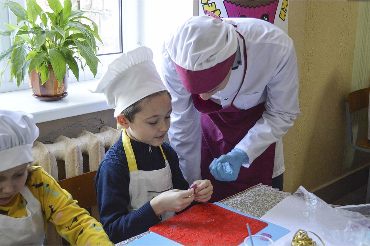 Мастер-класс от детей из школы выпечки по декорированию пряников. Фото: Елена ЕВСЕВИЦКАЯ