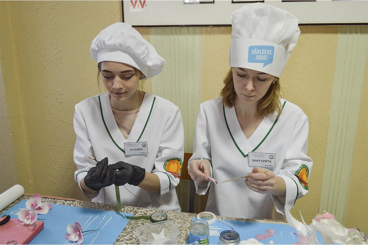 Мастер-класс по лепке цветов из сахарной пасты и вафельной бумаги. Фото: Елена ЕВСЕВИЦКАЯ