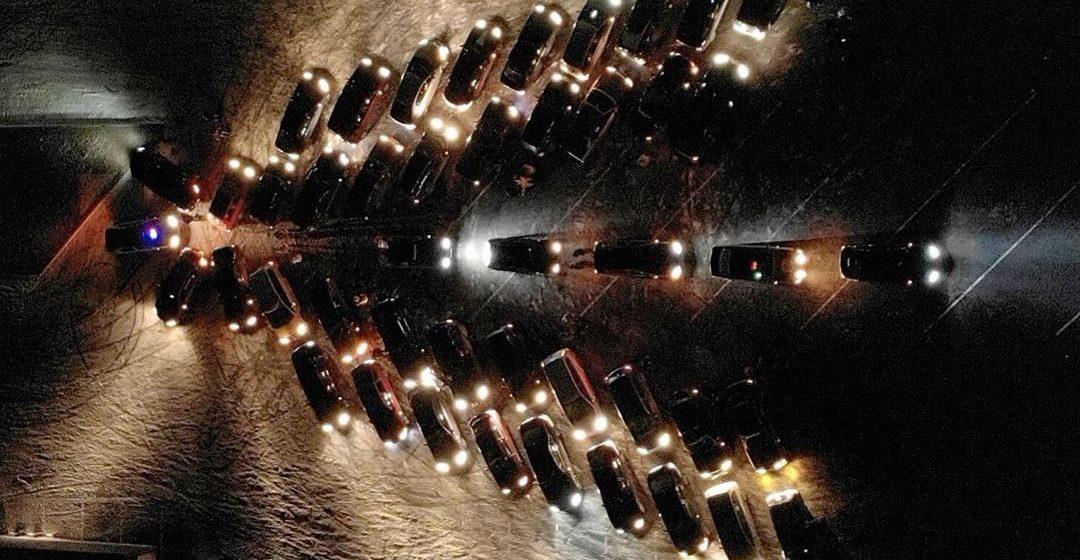 В Барановичах выстроили елочку из автомобилей. Фотофакт