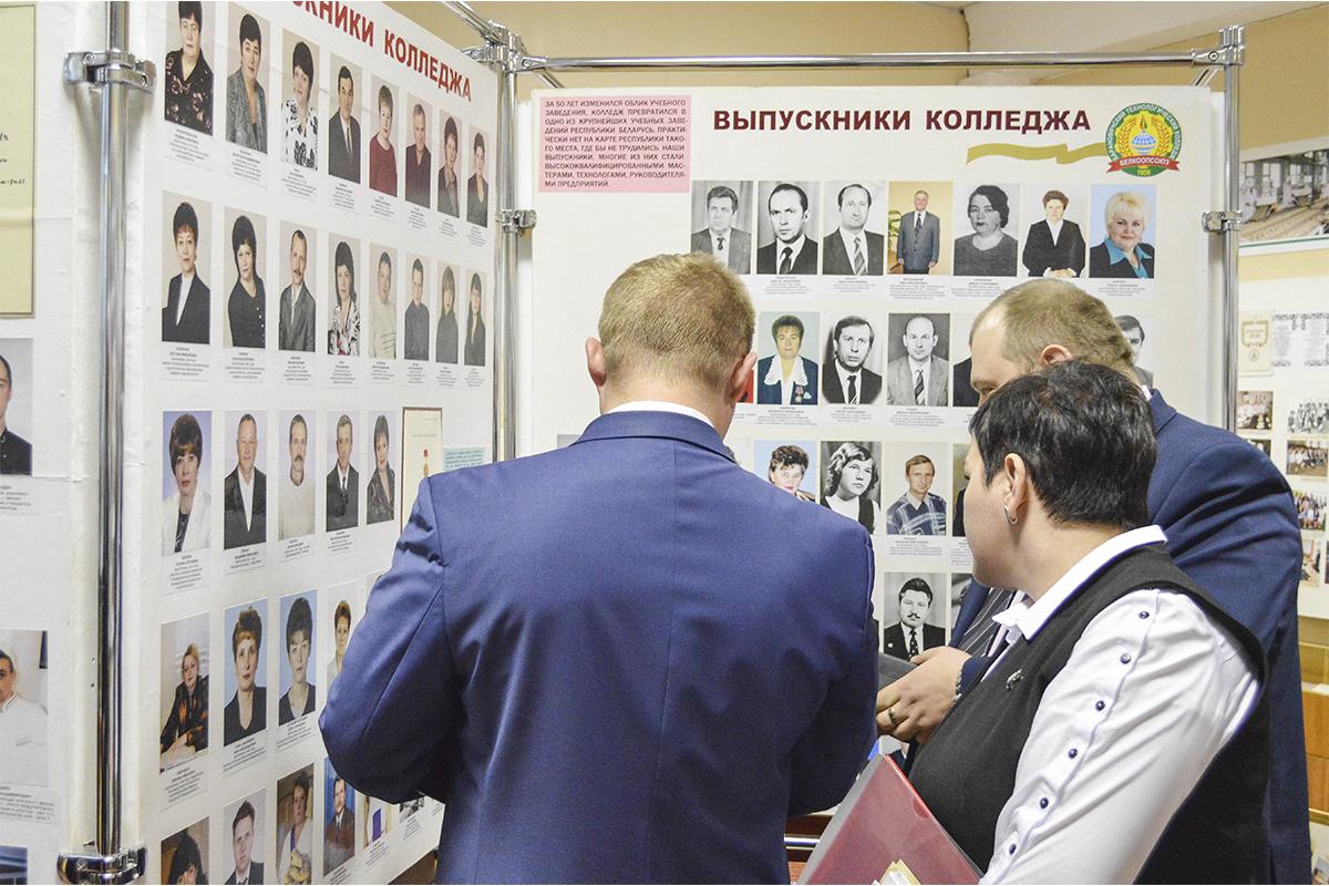 Выпускники технологического колледжа рассматривают стенды в музее учебного заведения. Фото: Елена ЕВСЕВИЦКАЯ