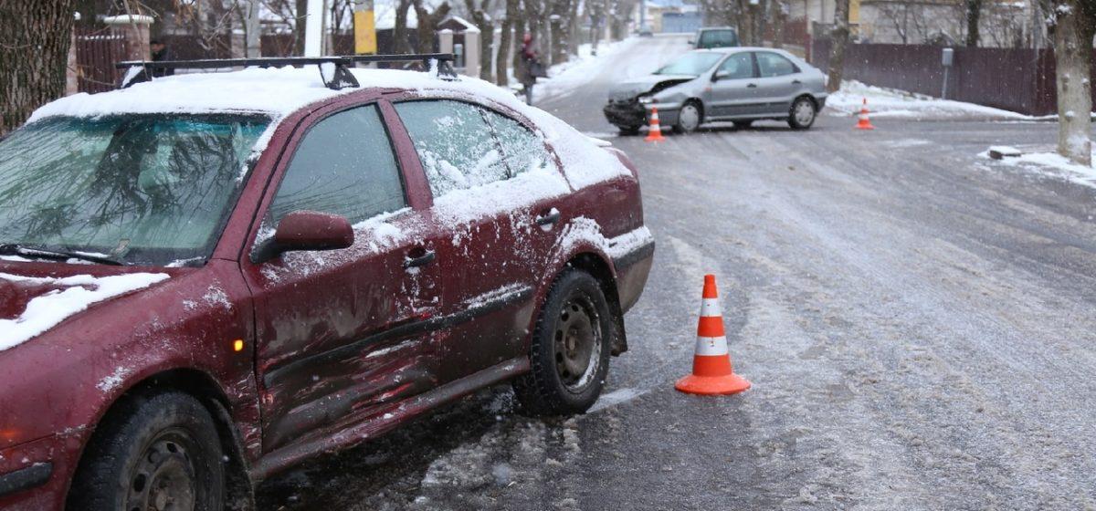 В Барановичах в результате ДТП автомобиль отбросило на несколько метров на тротуар