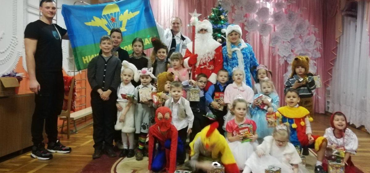 В Барановичах десантники поздравили детей из социально-педагогического центра. Фотофакт