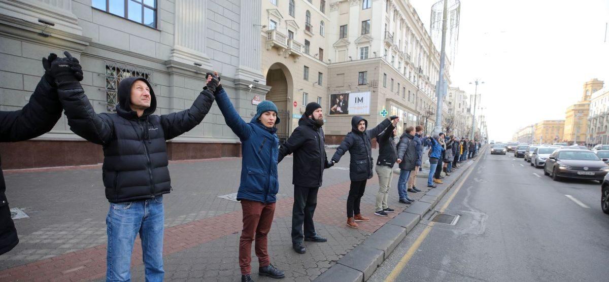 Сотни людей вышли с протестом против интеграции с Россией в центре Минска