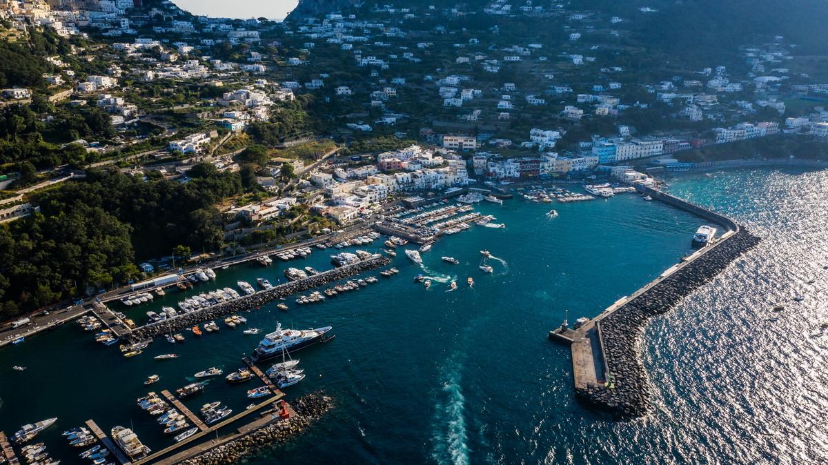 Вид на остров Капри с высоты. Фото: архив семьи ЯКУШЕВИЧ