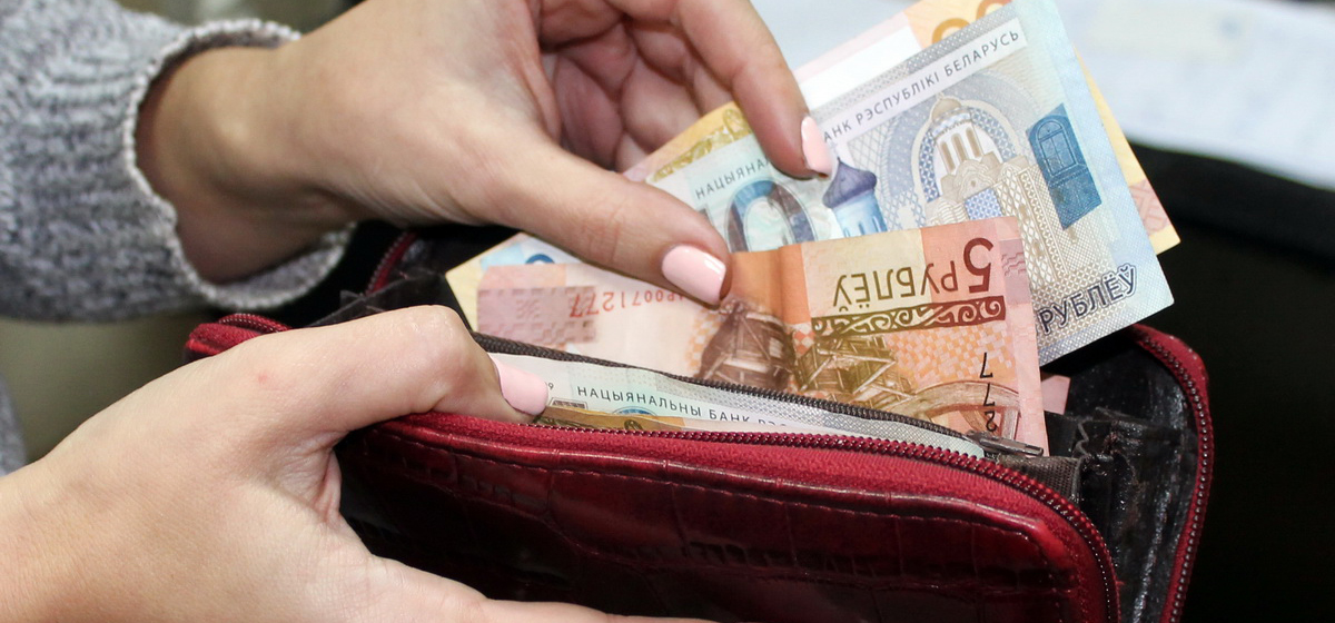 Женщина прятала деньги в необычном месте в подъезде барановичской многоэтажки и удивилась, когда их похитили