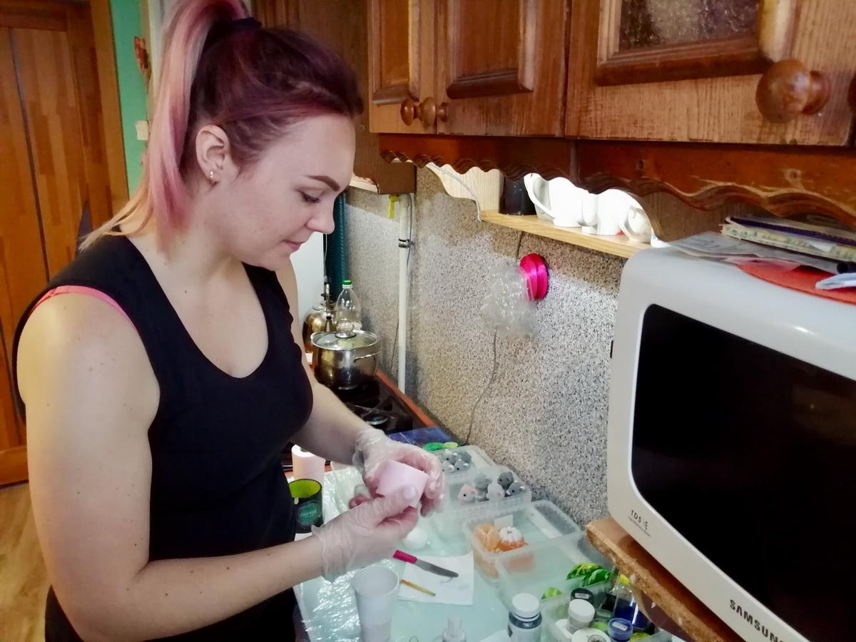 Инга Ирчик разрисовывает мыло в виде мышек и крыс – символа Нового года. Фото: Евгений ТИХАНОВИЧ